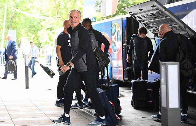 HLV Deschamps cười tươi rói khi đặt chân đến Moskva. Ông từng là đội trưởng tuyển Pháp giành chức vô địch World Cup 20 năm trước.