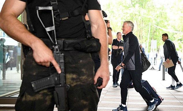 Lực lượng an ninh trang bị vũ trang bảo vệ cho thầy trò Deschamps.