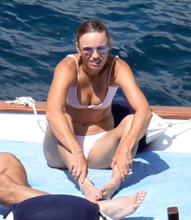 Wozniacki đi chơi với bạn trai sau khi bị loại khỏi Wimbledon - 6