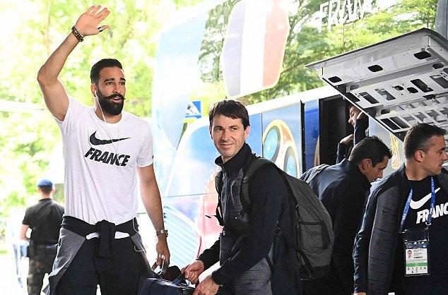 Rami với bộ ria đem đến may mắn cho tuyển Pháp. Trước khi ra sân, các đồng đội của anh đều muốn được chạm vào ria mép của Rami.