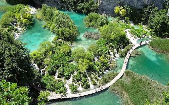 Là quốc gia nằm bên bờ Địa Trung Hải, Croatia nổi tiếng với ngành công nghiệp du lịch bằng du thuyền. Du khách luôn ngất ngây trước những bờ biển xanh ngọc bích, nắng vàng thanh bình. Tuy nhiên, bên cạnh bờ biển đẹp thì Croatia còn sở hữu nhiều công viên quốc gia đẹp tới khó tin.Một trong những địa điểm có phong cảnh đẹp nhất ở Croatia là vườn quốc gia Plitvice, với 16 hồ trong xanh kết nối với nhau và xen giữa chúng là các thác nước tầng tầng lớp lớp như chốn thần tiên.