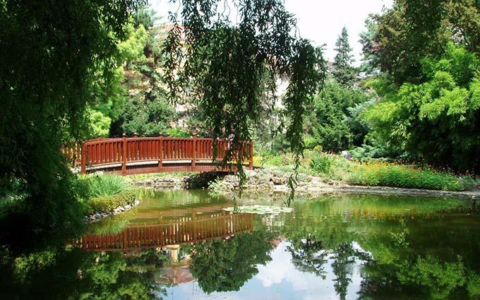 Vườn Bách thảo Zagreb là một vườn thực vật nằm ở trung tâm thành phố Zagreb, Croatia, được thành lập năm 1889 bởi ngài Antun Heinz, Giáo sư Đại học Zagreb. Nơi này đón kháchvào năm 1891 nhưng đồng thời cũng là một vườn thí nghiệmthuộc đại học kể trên.