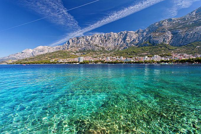 Makarska là một thị trấn cảng trên bờ biển Dalmatian của Croatia, nổi tiếng với những bãi biển êm đềm, nước trong xanh tận đáy và cuộc sống về rất nhộn nhịp. Du khách có thể tham quan khu phố cổ nằm ở Quảng trường Kacic,tháp Mt. Biokovo, khu bảo tồn thiên nhiên, nơi có loài đại bàng vàng và sơn dương Balkan.