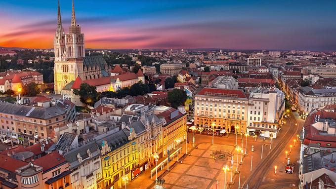 Zagreb, thủ phủphía tây bắc của Croatia, dễ dàng được nhận diện bởi kiến trúc Áo - Hung thế kỷ 18 và 19. Nếu ghé trung tâm thành phố này, bạn đừng bỏ lỡ điểm tham quan như nhà thờ Zagreb, nhà thờ St. Mark có từ thế kỷ 13, với mái ngói được trang trí đầy màu sắc. Gần đó là phố Tkalciceva rất đông người đi bộ vàcác quán cà phê ngoài trời.