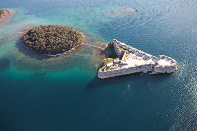 Pháo đài St. Nicholas nằm ở thị trấn Sibenik, một trong những thị trấn bản địa lâu đời nhất của Croatia, trên bờ biển phía đông của Adriatic. Nhìn từ trên cao, pháo đài có hình chiếc mũi tên, nối với hòn đảo nhỏ gần đó bằng một con đường gỗ giữa biển.