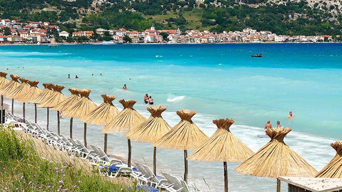 Baska là một thị trấn nghỉ mát trên đảo Krk của Croatia. Nó được biết đến với khu phố cổ, nhà thờ và bãi biển trung tâm Vela Plaža. Ngoài ra, bạn có thể tham quan con đườngGlagolitic Baaka hay bảo tàng di sản Baska bao gồm trang phục dân gian và đồ sành sứ.
