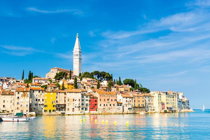 Rovinj là một cảng cá Croatia trên bờ biển phía Tây của bán đảo Istria. Khu phố cổ nằm ở mũi đất, gồm những ngôi nhà san sát, hướng ra biển. Bạn có thể đi trên con đường rải sỏi, dẫn lên gác chuông cao chót vót. Từ đây có thể nhìn thấy đường chân trời, lý tưởng để ngắm hoàng hôn.