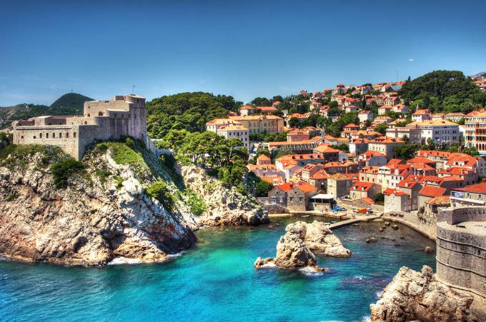 Được mệnh danh là viên ngọc quý của vùng Adriatic, thành phố Dubrovnik là nơi bạn không thể bỏ qua khi đến Croatia. Thành cổ mangmột vẻ đẹp kiêu sa, lộng lẫy với những thành lũy xây dựng từ thế kỷ thứ 8 cùng những dãy nhà mái đỏ cổ kính. Thị trấn này được bao quanh bởi một bức tường đá từ thời Trung Cổ và cách duy nhất để vào bên trong là qua cây cầu Pile. Du khách nên dành trọn một ngày để dạo bộ trên đường phố lát đá cuội và khám phá những công trình kiến trúc cổ tại đây.