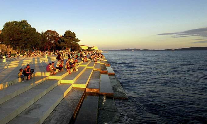 Đến thành phố Zadar, bạn ccó cơ hội thưởng thức âm thanh phát ra từ đàn organ biển độc đáo, bởi khi sóng đánh vào ống nhựa và bậc đá ven biển tạo ra tâm thành như tiếng đàn. Từ thành phố Zadar, du khách có thể di chuyển bằng tàu ra quần đảo Zadar. Tại đây, bạn có thể khám phá những bãi biển hoang sơ và tìm hiểu về cuộc sống của người dân địa phương.