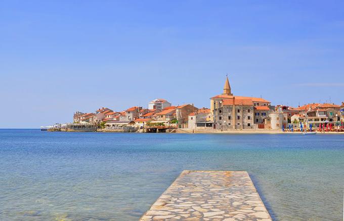 Umag là một thành phố trên bán đảo Istria của Croatia. Nơi đây còn nhiều di tích từ thế kỷ thứ 10, trong đó có bảo tàng thị trấn Umag. Bảo tàng nằm trong một toà tháp cũ, trưng bày nhiều hiện vật quý từ thời La Mã.