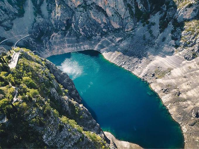 Hồ Blue Lake là một hồ đá vôi nằm gần Imotski ở miền nam Croatia. Giống như Red Lake nằm gần đó, hồ này cũngnằm trong một hố sâu, có thể đượchình thành dosự sụp đổ của một hang động khổng lồ cách đây hàng triệu năm.
