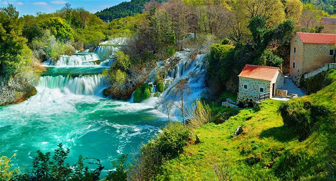 Croatia là đất nước của những công viên quốc gia thu hút khách du lịch. Vườn quốc gia Krka nằm dọc theo sông Krka ở miền nam Croatia. Nó được biết đến với 7 thác nước nổi tiếng, phong cảnh hữu tình.