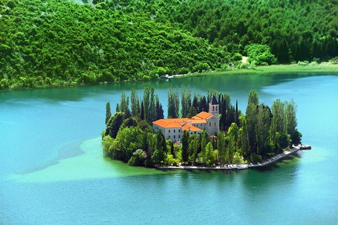 Cũng nằm ở vườn quốc giaKrka nhưng tu viện Visovac lại được nhắc đến với những danh tiếng không kém công viên kể trên. Tu viện này nằm ở một ốc đảo giữa hồ, xung quanh là cây cối xanh um rất nên thơ.