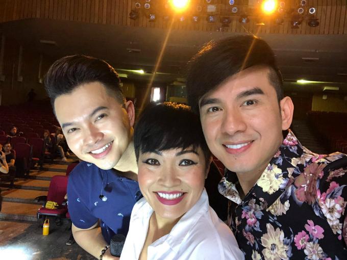 Đan Trường, Nam Cường selfie cùng đàn chị Phương Thanh trong hậu trường một liveshow.