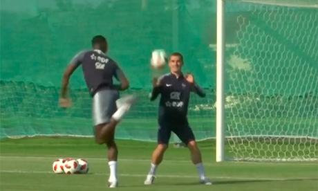 Pogba diễn tuyệt kỹ gắp bóng cầu vồng khi đối đầu với Griezmann