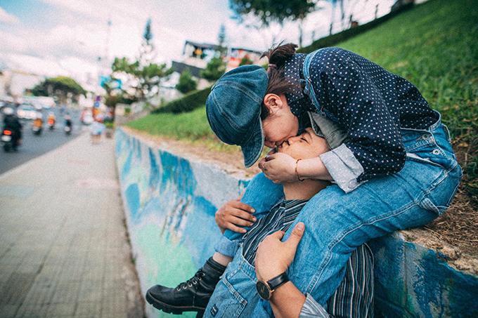 Trước khi chọn nhiếp ảnh gia, cặp vợ chồng sắp cưới đã tham khảo trên mạng về gói chụp, phong cách chụp của một số studio tại địa phương.