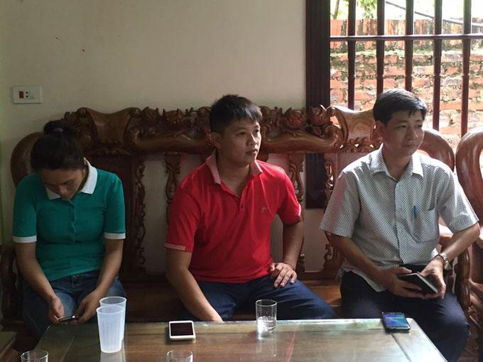 Ông Nguyễn Ngọc Vinh (bìa phải), trưởng phòng Kế hoạch Tổng hợp, Bệnh viện Đa khoa Ba Vì, trong cuộc gặp với gia đình sau buổi làm việc với lãnh đạo Sở Y tế Hà Nội hôm 13/7.