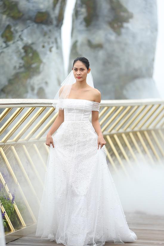 Một số bộ đầm cưới được tạo nên bởi kỹ thuật xếp lớp và rút nhún từ hàng ngàn lớp bèo xoắn ốc để tạo nên độ bồng bềnh nhưng vẫn giữ được sự thanh thoát cho cô dâu.