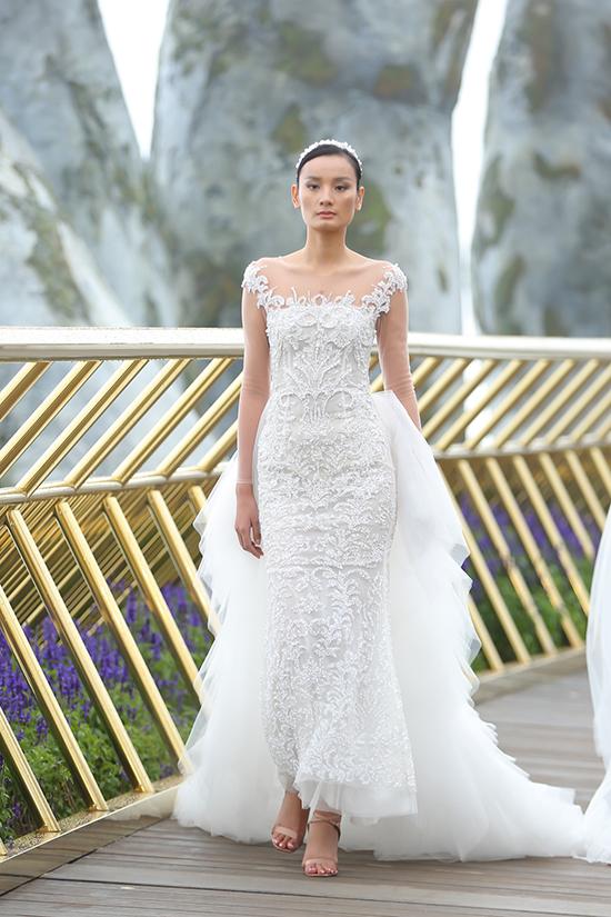 Là nhà thiết kế đầu tiên giới thiệu bộ sưu tập trong khuôn khổ chương trình thời trang Dạo bước trên mây,Chung Thanh Phong mang đến nhiều cảm xúccho khán giả khi tham gia show thời trang giữa không trung.