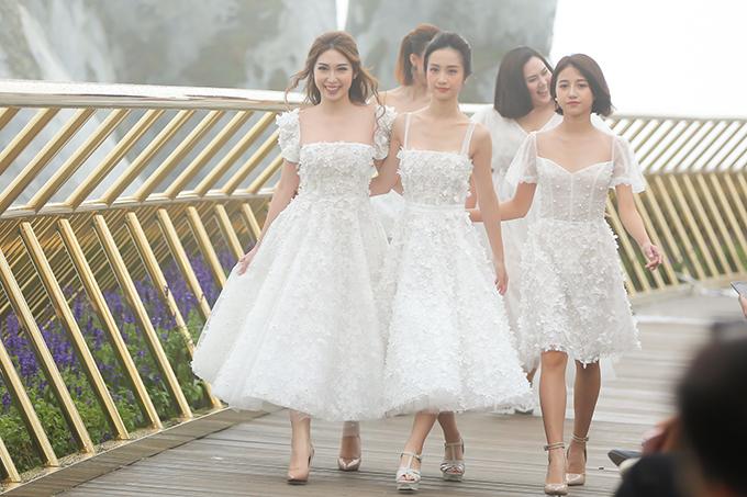 Bên cạnh dàn người mẫu chuyên nghiệp, nhà thiết còn mời các diễn viên trong phim Tháng năm rực rỡ tham gia trình diễn catwalk.