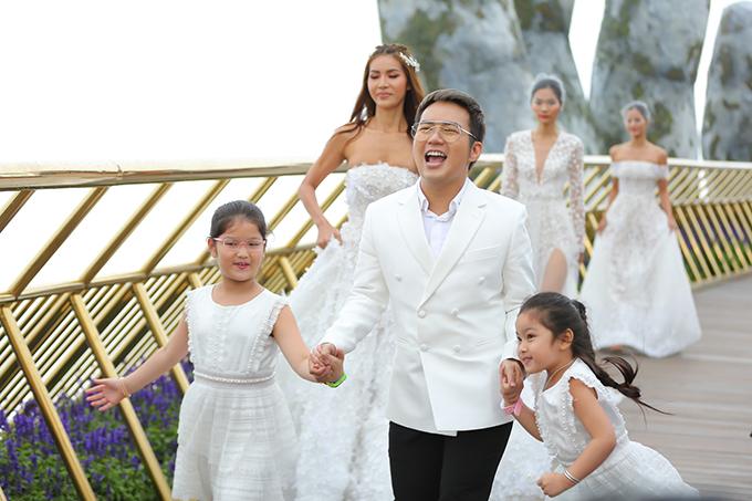 Chung Thanh Phong và hai cô cháu gái hào hứng khi ra chào khán giả.