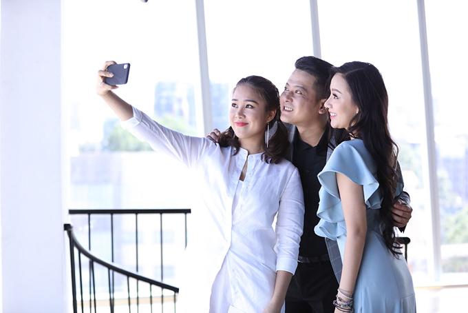 Ba diễn viên thân thiết tại hậu trường buổi chụp hình.
