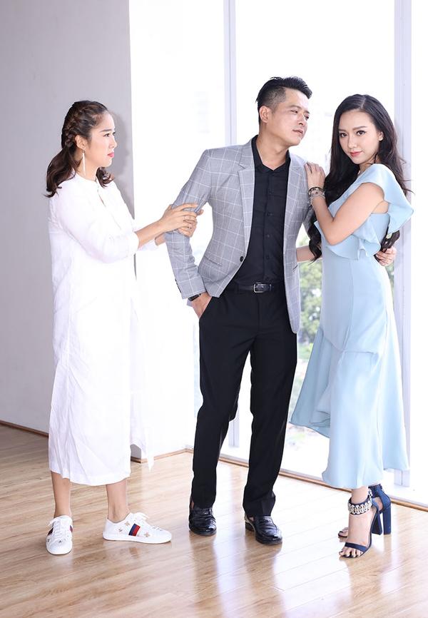 Ba diễn viên diễn lại tình huống Công bỏ Hương để theo Nhi trước ống kính.