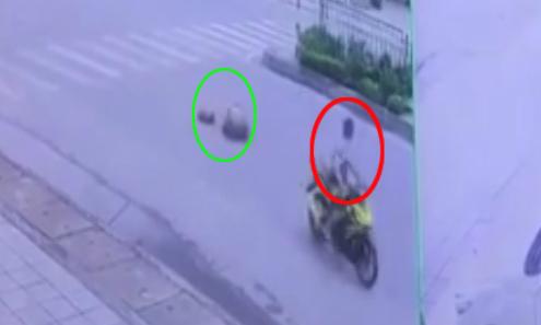 Xe máy vượt đèn đỏ, tông cụ bà sang đường ngã ngửa