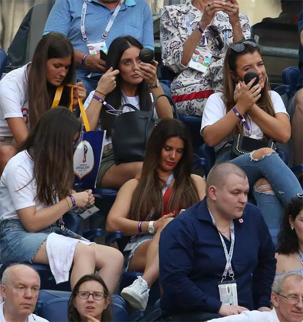 Tuy nhiên, trận thua của đội tuyển Anh dường như không khiến dàn WAGs của họ quá buồn. Trên khán đài, các cô nàng vẫn tập trung trang điểm và chơi điện thoại trong thời gian chờ đợi chồng, bạn trai làm xong thủ tục kết thúc trận đấu.