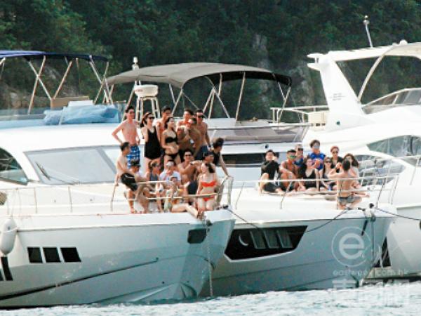 Nhóm người trên du thuyền chụp ảnh, bơi lội... suốt một buổi chiều.