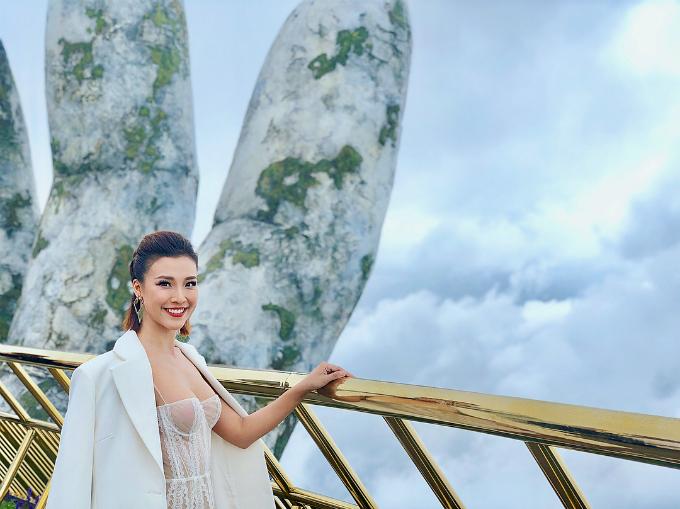 MC Hoàng Oanh khoe vòng 1 táo bạo khi diện váy ren xuyên thấu không nội y.
