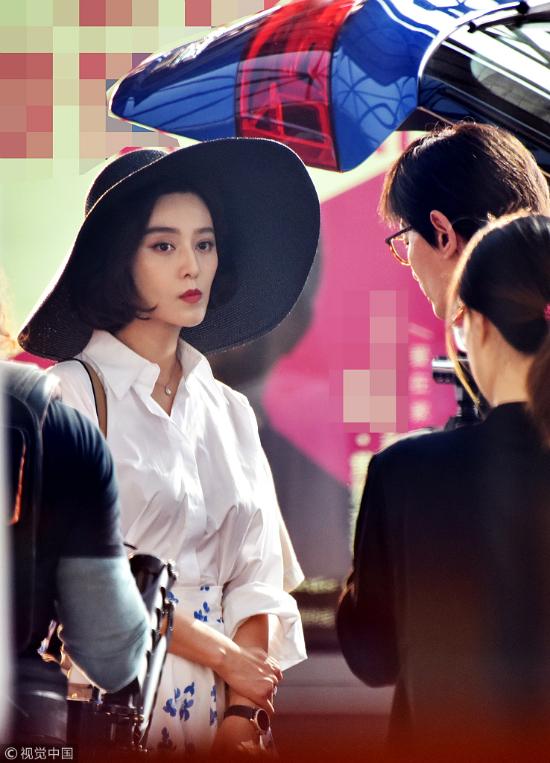 Hình ảnh Phạm Băng Băng trên phim trường Điện thoại di động 2 được tờ Sohu đăng tải, khiến khán giả chú ý. Trong loạt ảnh hậu trường được hé lộ, Băng Băng để tóc ngắn, trông mặt cô gầy đi rõ rệt, vóc dáng cũng trở nên mảnh mai hơn.
