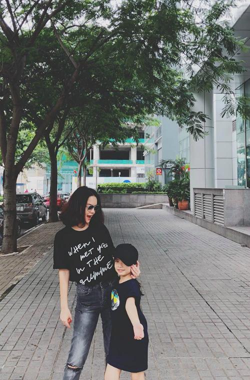 Phạm Quỳnh Anh và con gái tung tăng dạo phố nhân ngày trời Sài Gòn mát mẻ.