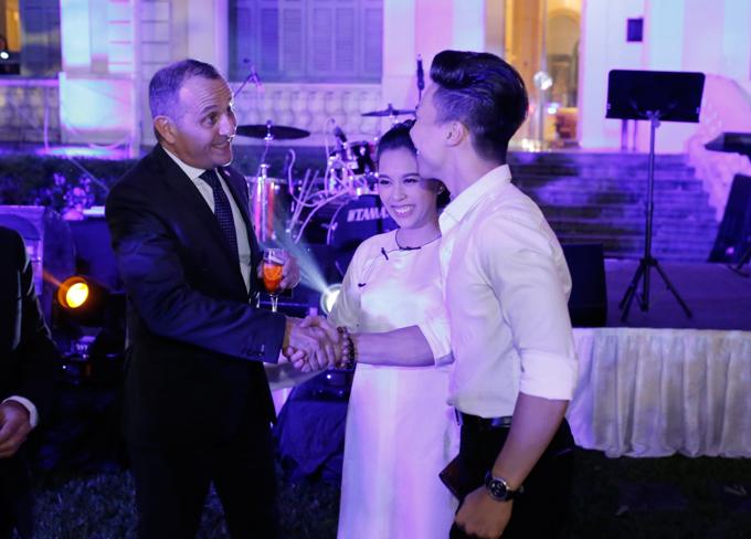Đôi vợ chồng vui vẻ chào hỏi ngàiVincent Floreani, Tổng lãnh sự quán Pháp tại TP HCM.