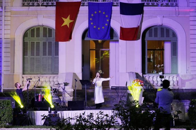 Tại buổi lễ Ngọc Mai đã thể hiện Quốc ca của Việt Nam và Pháp, đồng thời hát thêm Bonjour Vietnam.