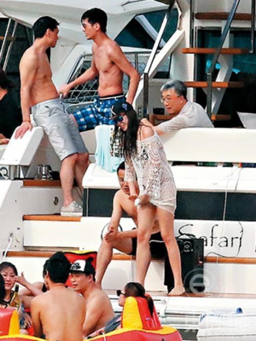 Á hậu Hong Kong Trang Tư Minh diện đồ bơi gợi cảm khi lên boong tàu góp vui với đám đông. Côlà con gái của ông Trang Bảo, chủ tịch một tập đoàn lớn.