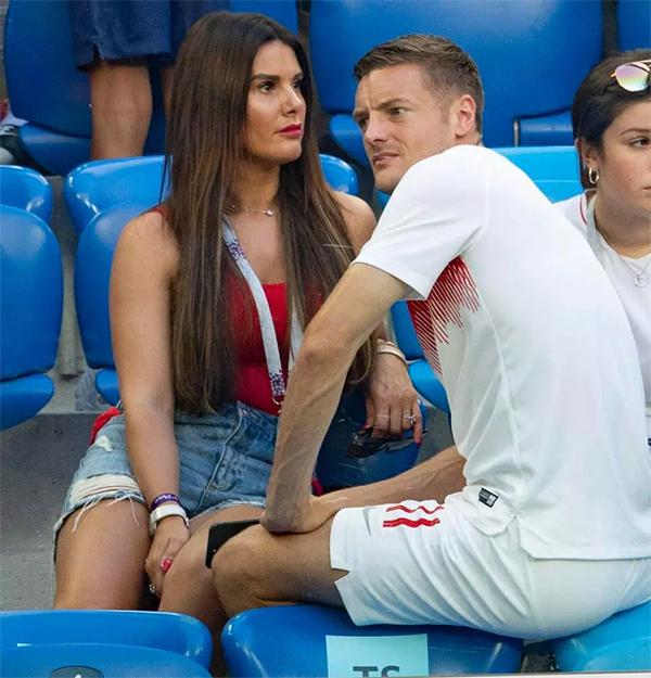 Chân sút của Leicester dường như vẫn còn buồn khi gặp vợ. Anh không được HLV Southgate trọng dụng ở World Cup lần này khi thường xuyên phải làm bạn với băng ghế dự bị.