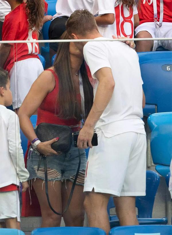 Vardy cũng được bà xã an ủi bằng một nụ hôn. Ở trận đấu này, Vardy không ra sân thi đấu.