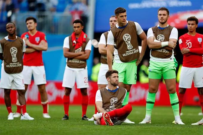 Các cầu thủ Anh lặng nhìn đối thủ nhận huy chương đồng.