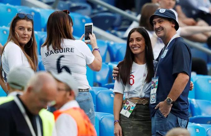 Cô sau đó vui vẻ chụp ảnh cùng một fan.