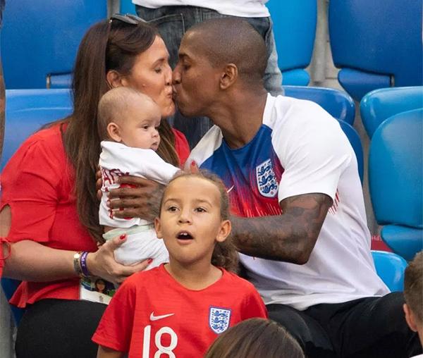 Ashley Young hôn vợ trước khi lên đường về nước. Tiền vệ của MU ngồi dự bị trong trận đấu này và không ra sân một phút nào.