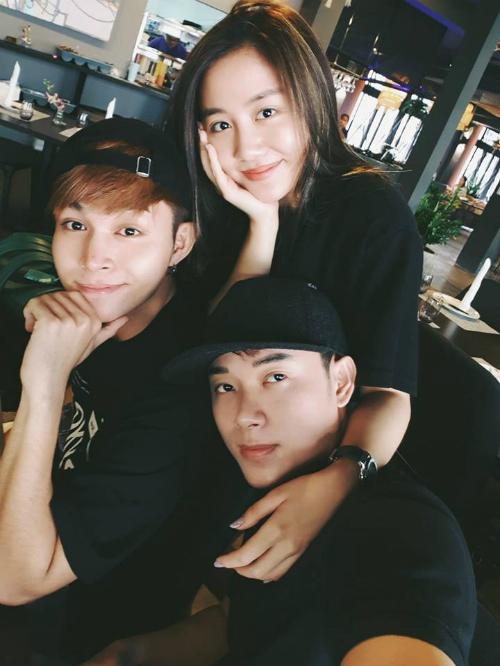 Văn Mai Hương, Jun Phạm và Trúc Nhân selfie kỷ niệm lần đầu hữu ý cùng mặc đồ đen nguyên cây.