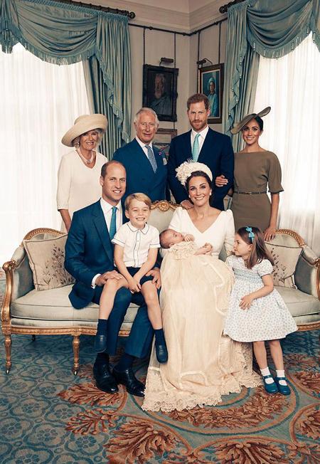 Nữ công tước xứ Sussex (36 tuổi) mặc bộ váy màu xanh ôliu của Ralph Lauren, đội mũ của Stephen Jones khi tới dự lễ rửa tội của Hoàng tử Louis. Meghan dịu dàng khoác tay chồng, một cử chỉ trìu mến nhưng không cặp vợ chồng nào trong ảnh trừ vợ chồng cô làm.