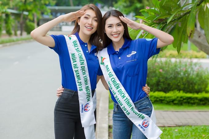Sáng 15/7, Á hậu Lệ Hằng và Tường Linh có mặt tại khuôn viên trường Đại học Sư phạm Kỹ thuật TP HCM để tham gia lễ ra quân chiến dịch Mùa hè xanh với vai trò Đại sứ. Hai người đẹpdiện chiếc áo truyền thống của chiến dịch và đeo dải băng Đại sứ.