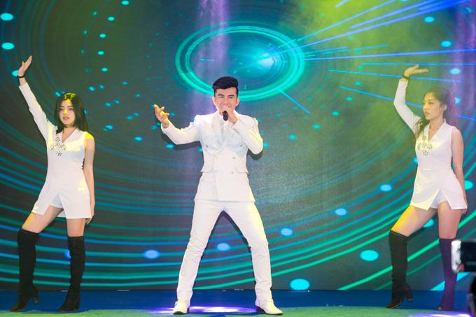Đan Trường được mời biểu diễn tại sự kiện Feel Japan 2018. Anh mặc cây trắng, thể hiện loạt ca khúc: Gọi tên Việt Nam, Tình đơn phương, Mãi mãi một tình yêu cùng vũ đoàn.