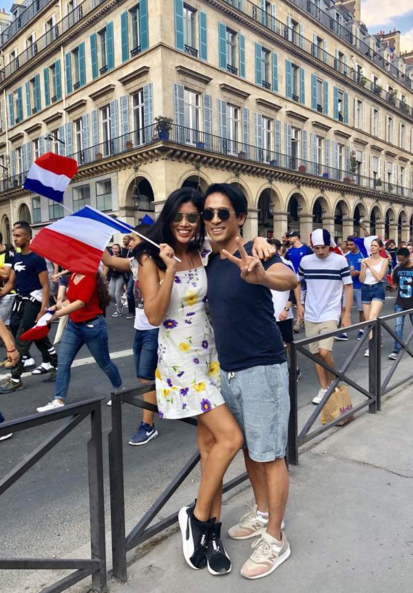 Trang Lạ và ông xã đại gia xuống phố ăn mừng sau chiến thắng của đội tuyển Pháp tại chung kết World Cup 2018. Bác sĩ Trần Tiễn Chánh là một Việt kiều Pháp, anh định cư tại đất nước này từ khi mới vài tuổi.