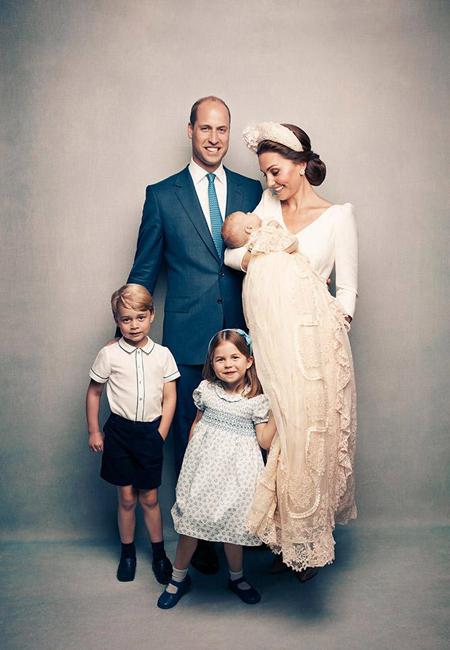 Theo The Sun, bộ ảnh do Điện Kensington công bố được chụp tại dinh thự Clarence House, trước khi lễ rửa tội của Hoàng tử Louis diễn ra vào hôm 9/7. Đây là lần đầu tiên Hoàng tử William, Công nương Kate, Hoàng tử George, Công chúa Charlotte và Hoàng tử Louis chụp ảnh cùng nhau kể từ sau khi Louis chào đời hồi tháng 4.