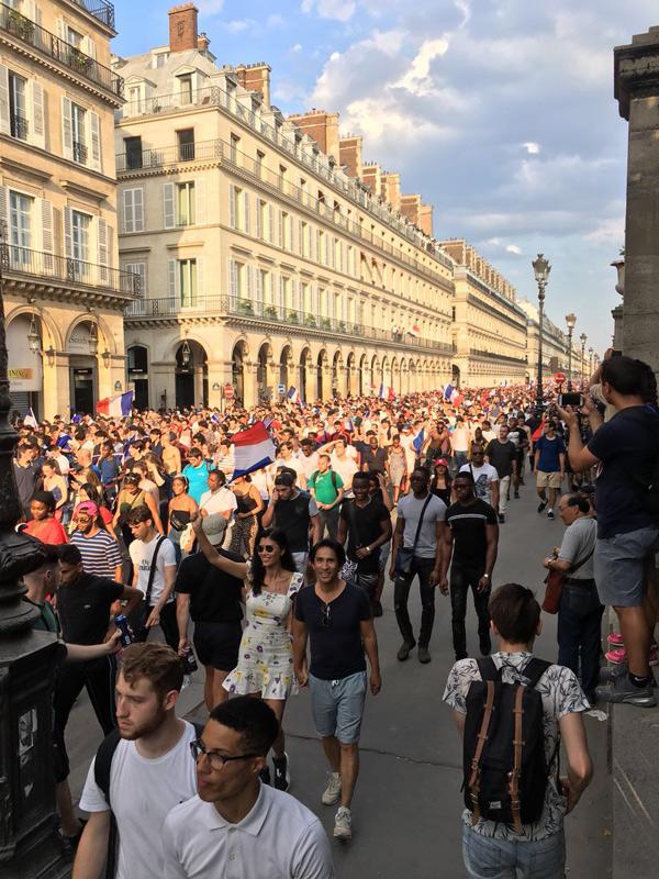 Sau khi đội nhà giành ngôi vô địch World Cup, người dân Pháp đổ ra đường rất đông. Đất nước của những chú gà trống Gô-loa đã phải chờ đợi 20 năm mới lập lại kỳ tích, giành cúp vàng ởgiải đấu lớn nhất hành tinh.