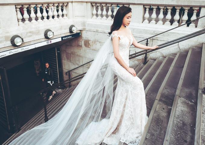 Diện một trong những thiết kế ấn tượng của thương hiệu Calla Bridal, chiếc đầm đuôi cá kết hợp chất liệu ren, voan cao cấp của Pháp tôn lên vóc dáng gợi cảm nhưng vẫn vô cùng thanh lịch của Hoa hậu Lam Cúc