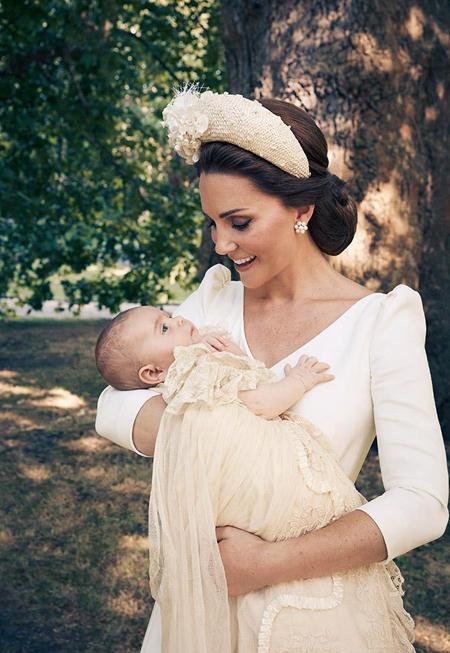 Nhiếp ảnh gia thực hiện bộ ảnh, Matt Holuoak, cho biết: Tôi rất vinh dự khi được yêu cầu chụp những bức ảnh chính thức tại lễ rửa tội của Hoàng tử Louis và được làm nhân chứng ghi lại một sự kiện hạnh phúc như vậy. Mọi người đều rất thoải mái và hân hoan. Tôi chỉ hy vọng tôi đã chộp lại được một phần của niềm vui đó trong các bức ảnh của mình. Bộ ảnh gồm 4 bức, trong đó có một bức chỉ chụp riêng Kate và con trai 11 tuần tuổi. Nữ công tước xứ Cambridge (36 tuổi) diện bộ váy màu trắng kem của Alexander McQueeen, đội mũ của Jane Taylor, cười rạng rỡ bế Louis trên tay trong khu vườn ở dinh thự Clarence.